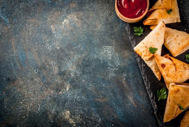 アジア料理。トマトソースのベジタリアンサムサ(サモサ)