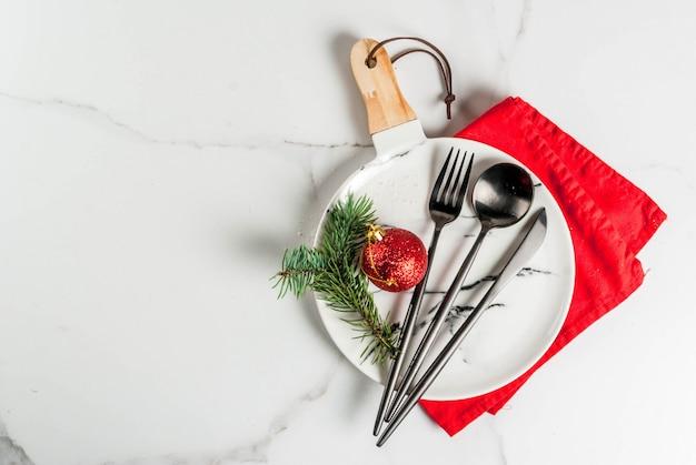 クリスマスツリーブランチとクリスマスボールクリスマステーブルの設定