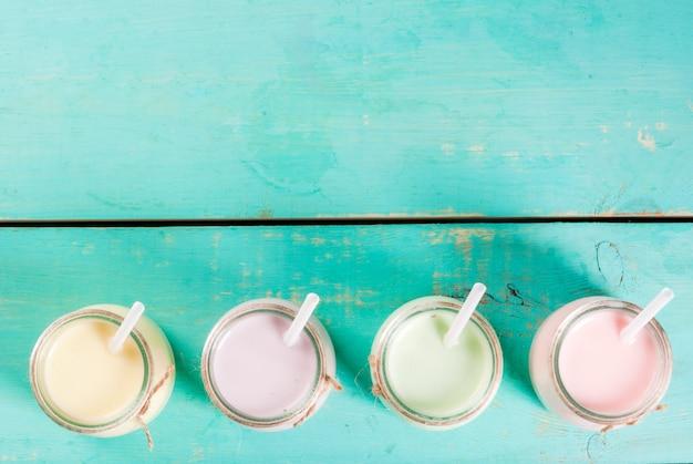 Маленькие баночки со смузи или молочным коктейлем