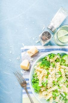 緑の野菜とチーズのパスタ