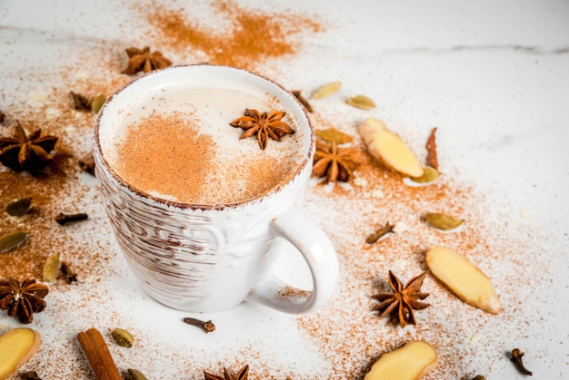 スパイスシナモン、カルダモン、アニス、白の伝統的なインドのマサラチャイ茶。コピースペース