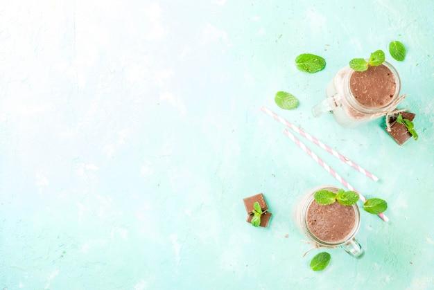 Шоколадный коктейль с мятой и соломой в масонной банке