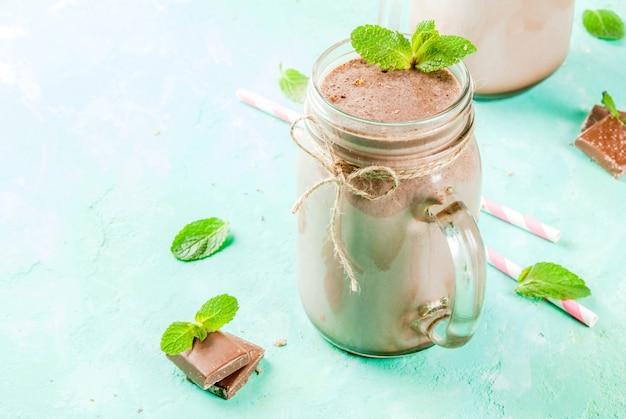 石工の瓶にミントとストローでチョコレートのスムージー