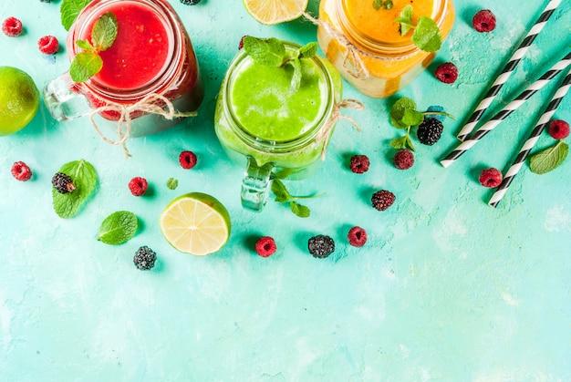 健康的な新鮮な果物と野菜のスムージー
