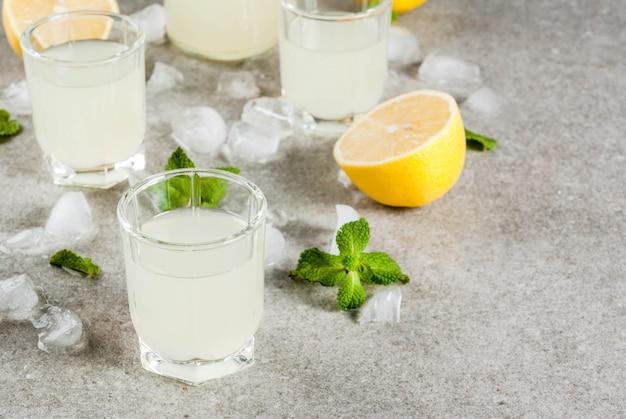 伝統的なイタリアのアルコール自家製飲料