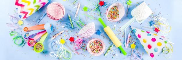 誕生日の休日のパーティーのための甘いベーキング