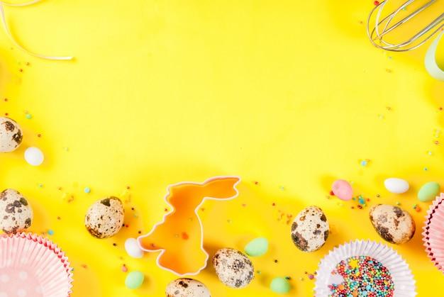 めん棒、ホイップ用泡立て器、クッキーカッター、ウズラの卵、砂糖を黄色に振りかける