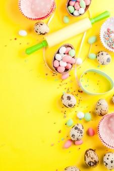 Скалка, венчик для взбивания, формочки для печенья, перепелиные яйца и сахар, посыпанный желтым