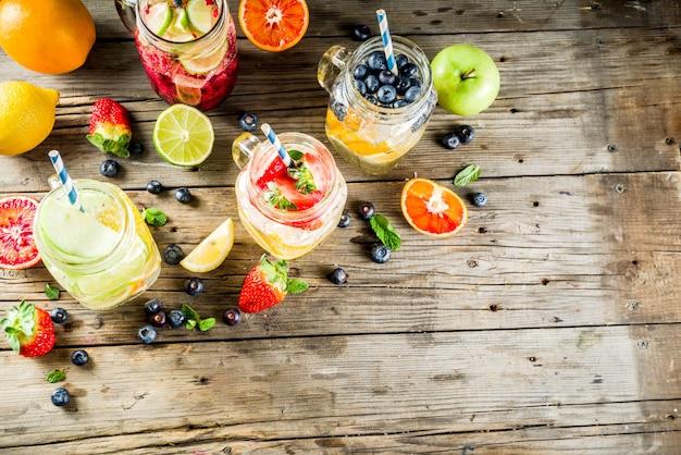さまざまなフルーツとベリーのレモネード