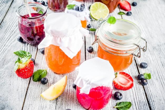 Ассорти из ягодных и фруктовых джемов