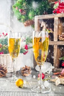 Два бокала для шампанского с рождественским украшением