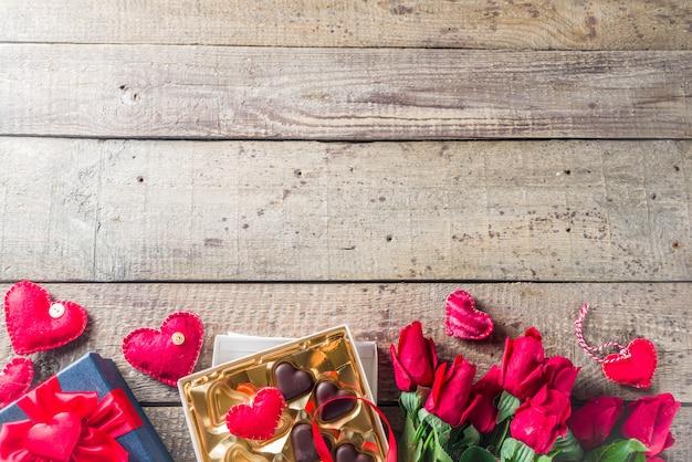 День святого валентина с красными розами и шоколадным сердцем