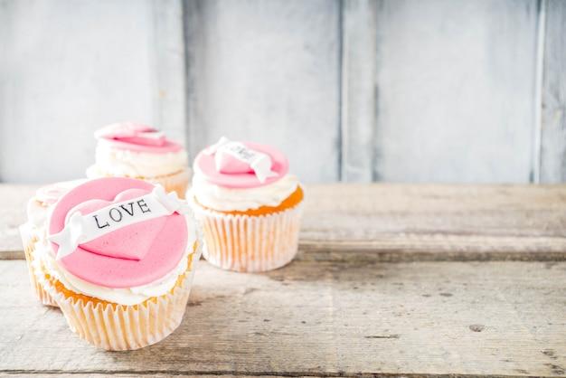 バレンタインデーのピンクと赤のカップケーキ