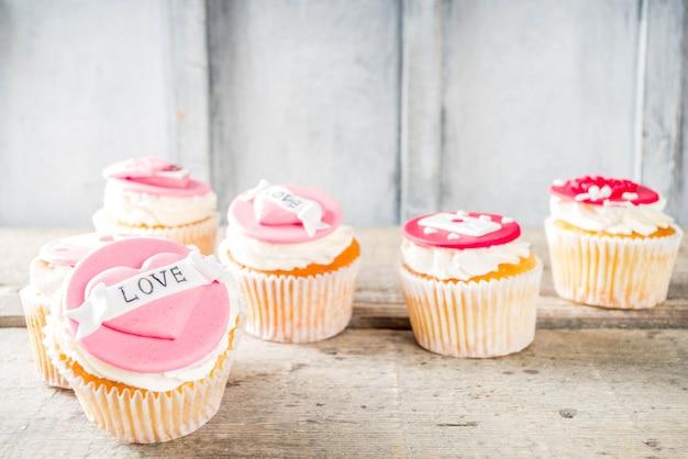 День святого валентина розовые и красные кексы
