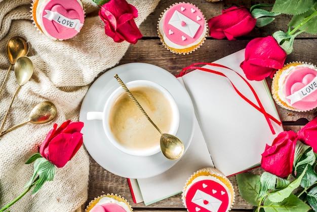 コーヒーカップとバレンタインのカップケーキ