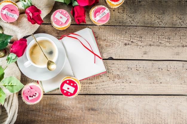 День святого валентина кексы с чашкой кофе