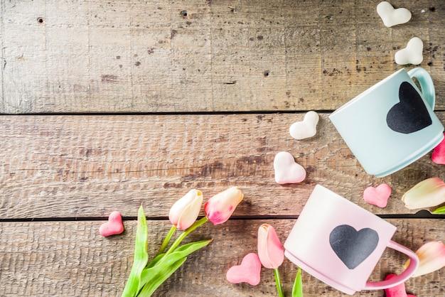 Две милые чайные чашки с сердцем на доске