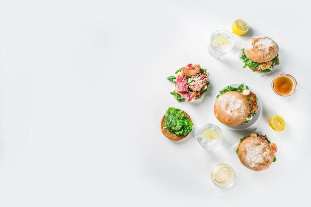 さまざまなシーフードと魚のハンバーガーの品揃え