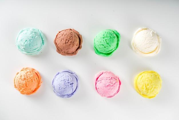 Разноцветное пастельное мороженое с вафельными рожками