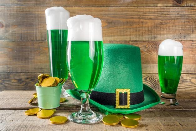 聖パトリックの日のパーティーのための緑色のビールグラス