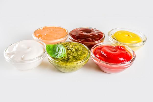 Набор мисок различных соусов и соусов