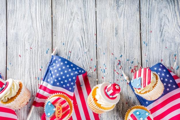 Патриотические кексы сша над флагами на деревянный стол