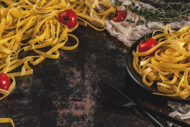 伝統的なイタリアのパスタタリアテッレ