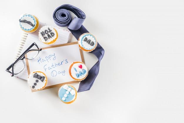 Счастливый день отцов с кексами и подарками