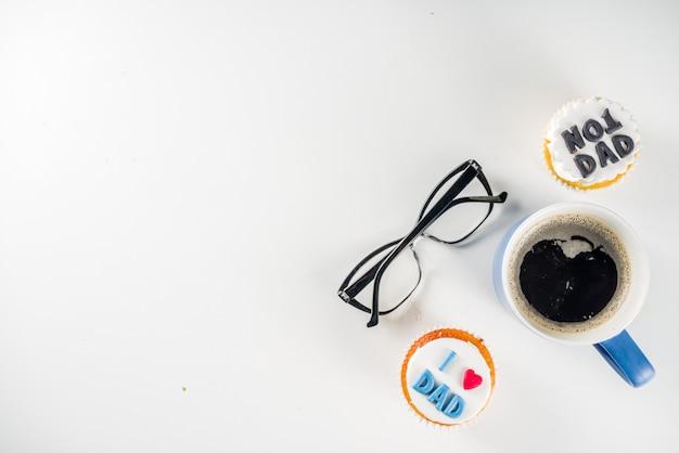 Счастливый день отцов с кексами и кофе