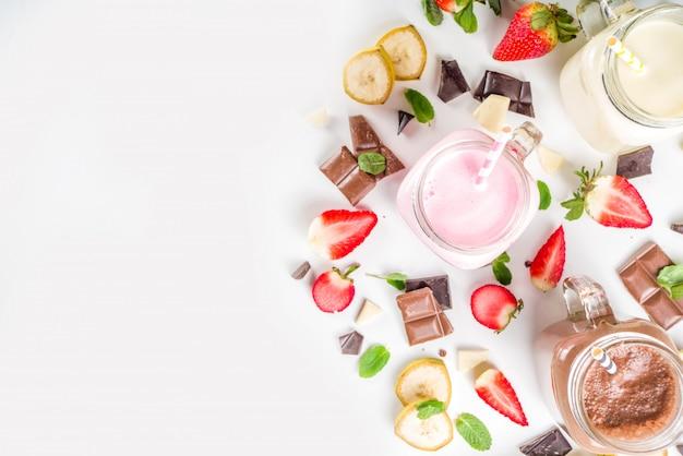 Набор красочных молочных коктейлей или смузи