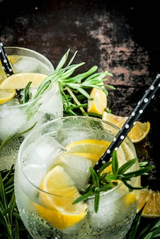 Холодный напиток с лимоном и розмарином