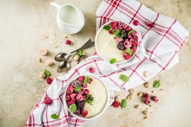 新鮮なベリーとセモリナ粉のお粥