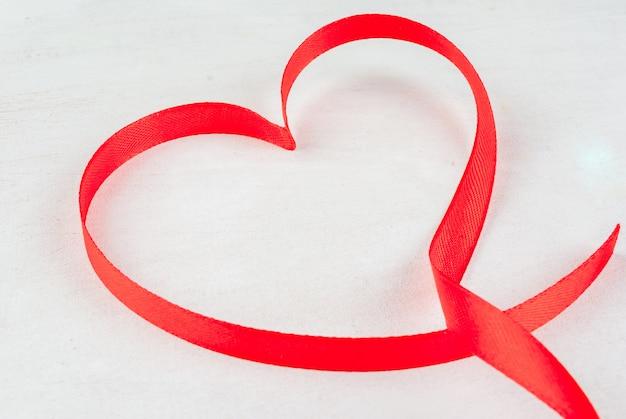 Красная лента, подкладка в форме сердца