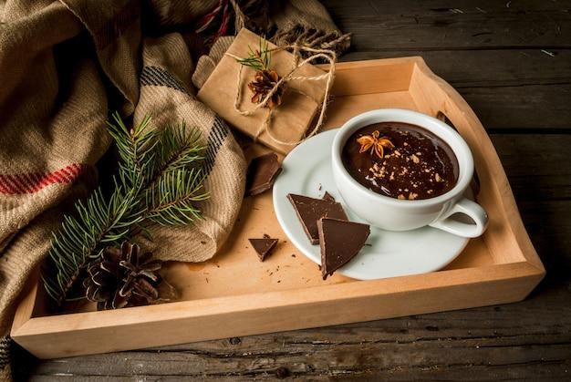 Горячая шоколадная кружка и рождественский подарок