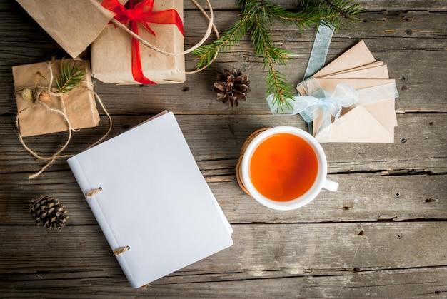ギフト包装と手紙、クリスマスの挨拶とメモ帳のカード。