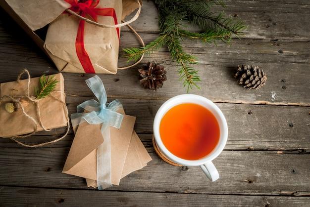 ギフト包装と手紙、クリスマスの挨拶のためのカード。