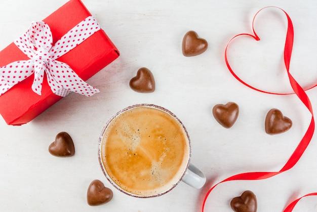 Подарок, кофе и сладости ко дню святого валентина