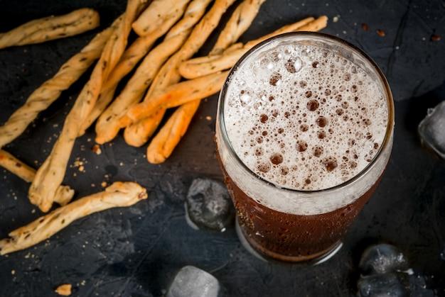 Стакан пива с гриссини