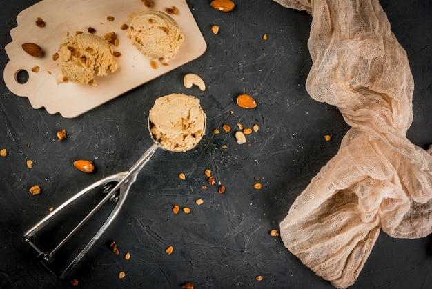Домашнее мороженое с карамельным орехом