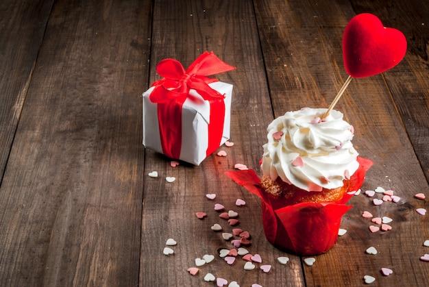 バレンタインデーのギフトと甘いケーキ