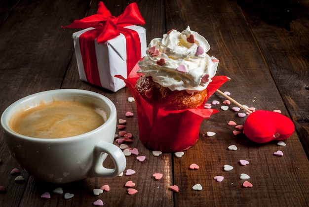 День святого валентина. кофе, пирожные со сливками и сахарной посыпкой