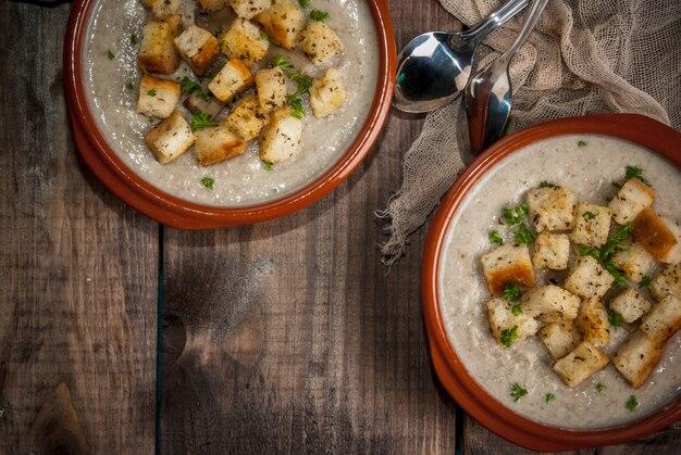 クルトンとハーブのキノコのスープ