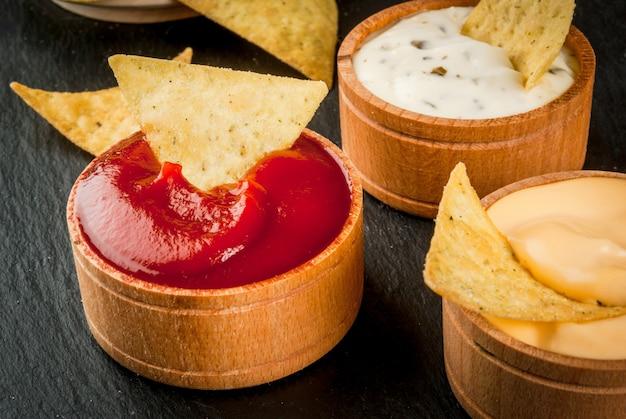 Закуска для вечеринки, чипсы, начос с соусами