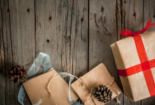 Рождественские подарки на деревянный стол