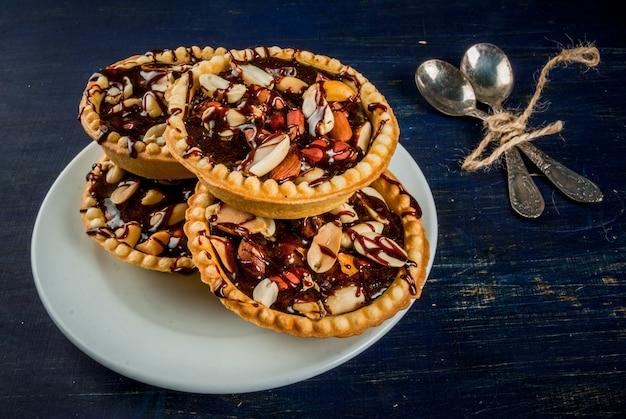 Мини-пирожные с орехами и карамелью