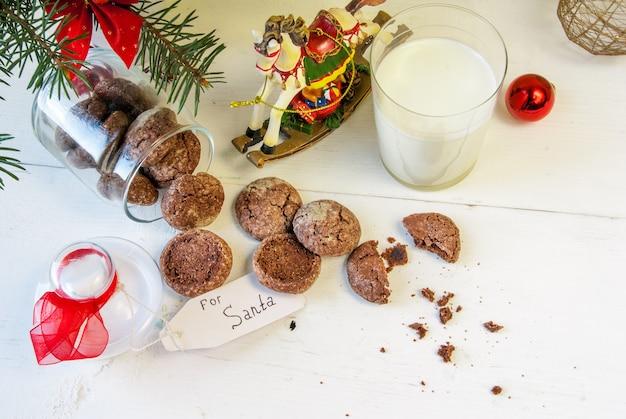 Рядом с рождественскими украшениями, стакан молока и печенье специально для санта-клауса.