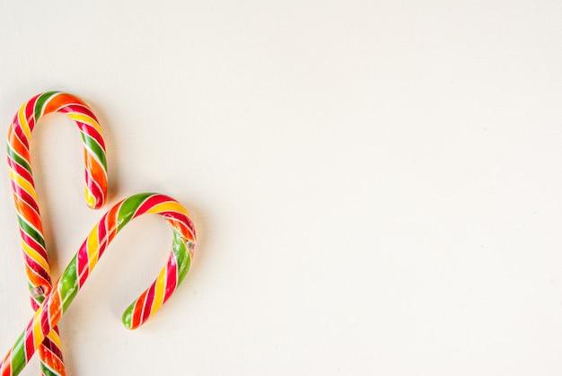 Рождественский фон с традиционными сладостями и горячими шоколадными чашками