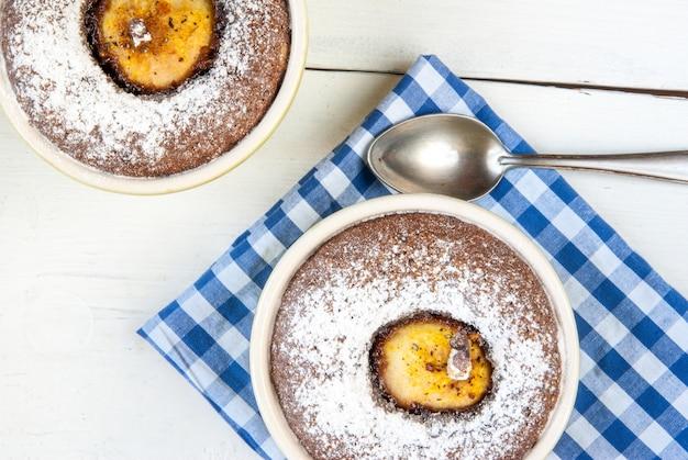 Два шоколадных десерта с грушей