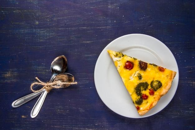 Свежеиспеченный домашний пирог пирог с заварным кремом на деревянном столе