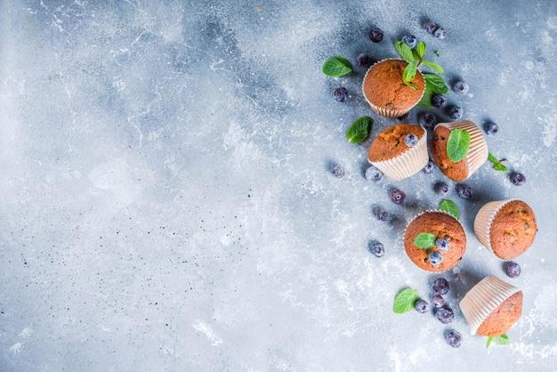 Черничные маффины со свежими ягодами